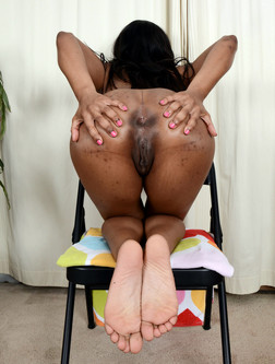 Busty black whore Sonia opened her..